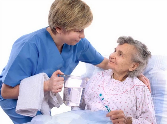 Гигиена исключительно важна для физического и психического здоровья лежачих пациентов. Поскольку они не способны обслуживать себя самостоятельно, вся работа ложится на плечи медперсонала. Перечень регулярных процедур дома престарелых для лежачих больных включает: